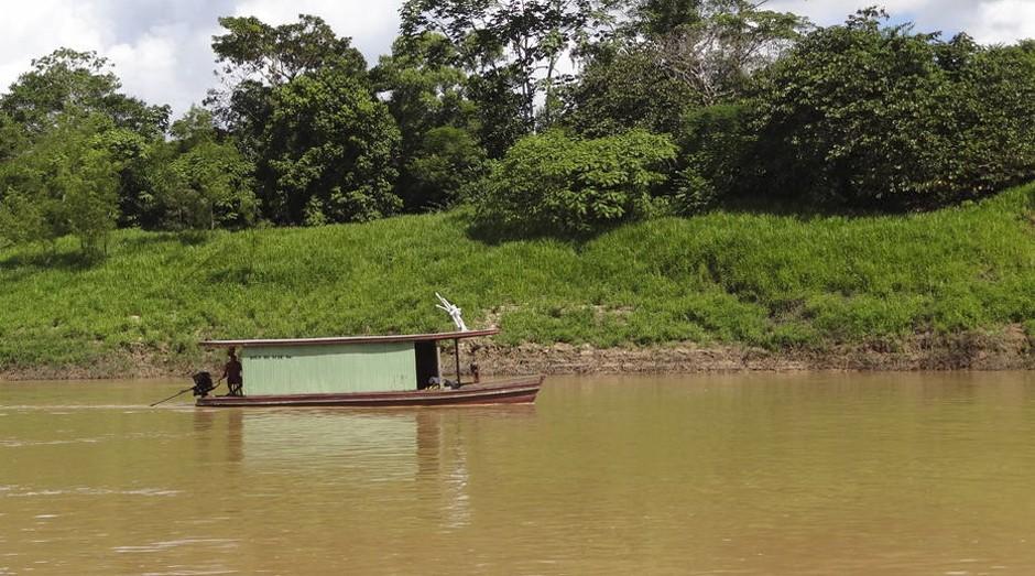 Barco navegando no Rio Purus, em Boca do Acre (AM)  (Foto: Karla Mendes)