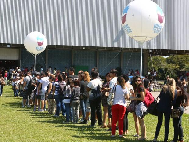 Público enfrenta fila para entrar na Bienal do Livro no Riocentro (Foto: Rodrigo Gorosito / G1)