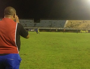 Sérgio Santos, técnico do São José, estava impaciente com o 0 a 0 (Foto: Vilma Nascimento/GLOBOESPORTE.COM)