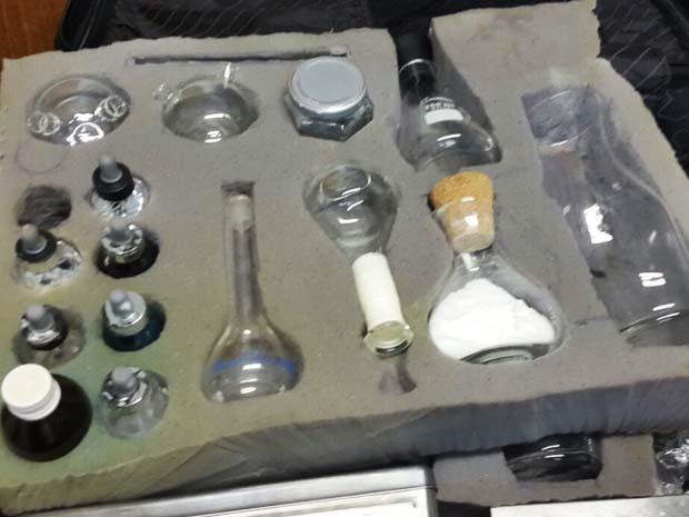 Acessórios e soluções químicas aparentemente utilizados para falsificar as notas (Foto: Polícia Civil/Divulgação)