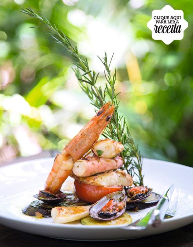 Grelhado de frutos do mar e legumes regados com azeite de ervas (Foto: Rogério Voltan / Editora Globo)