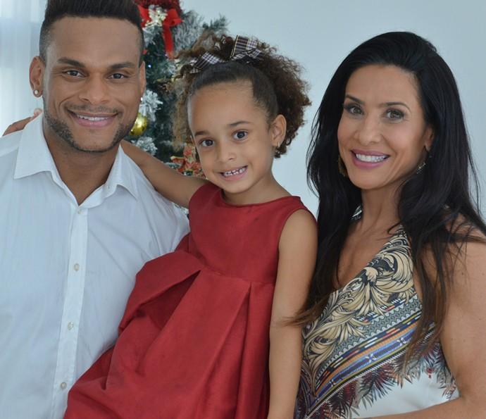 Scheila Carvalho ao lado da filha, Giulia e o marido, Tony Salles. O truque com gelatina foi aprovado pela mamãe!  (Foto: Josefa Coimbra / Globo )
