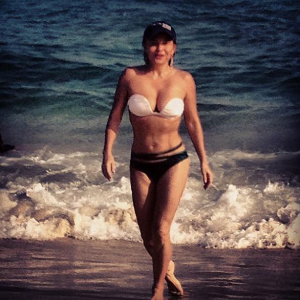 Luiza Tomé saindo da praia (Foto: Reprodução / Instagram)
