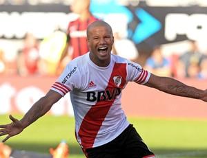 Carlos Sanchez comemora gol do River Plate contra o San Lorenzo (Foto: Agência AFP)