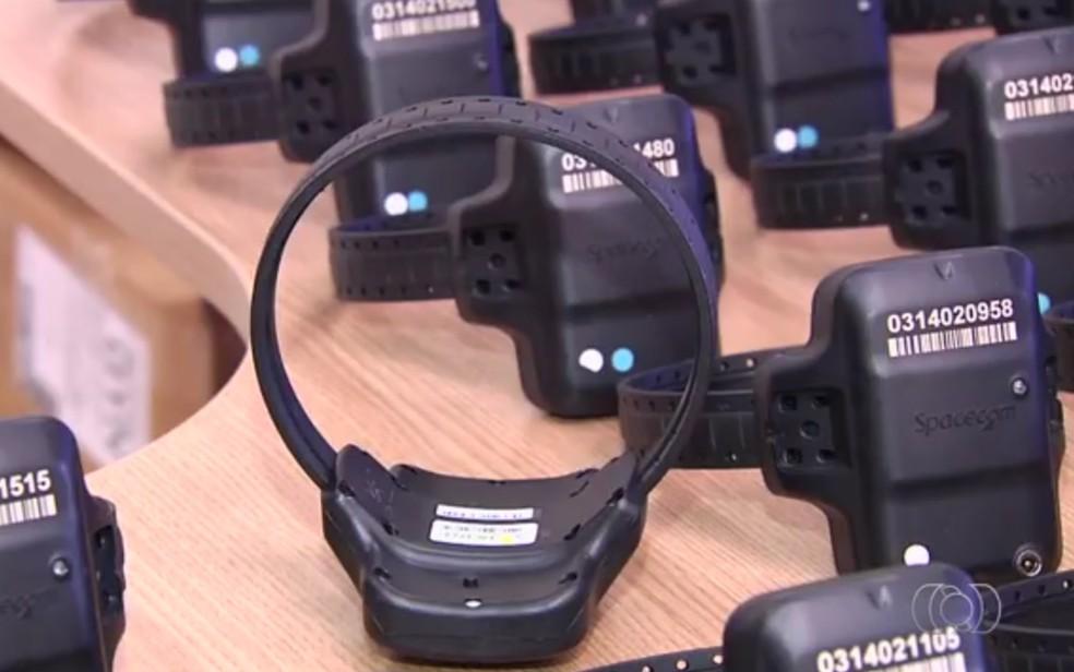 Empresa responsável por tornozeleiras eletrônicas afirma que estado deve R$ 1 milhão (Foto: Reprodução/TV Anhanguera)