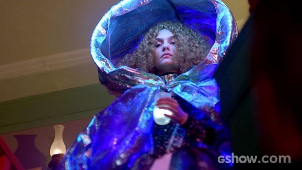 Gina aparece com o vestido novo para dormir (Foto: Meu Pedacinho de Chão/TV Globo)
