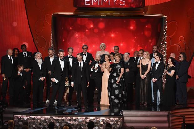 Elenco e equipe de Game of Thrones sobem ao palco do Emmy Awards para agradecer prêmio (Foto: AFP)