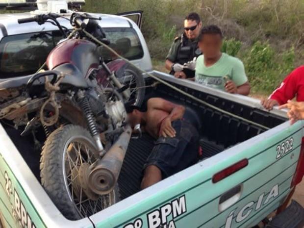 Jovem foi levado a hospital após ser baleado na perna (Foto: Agência Miséria)