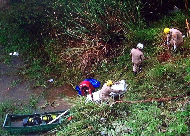 Bombeiros retiram corpos do Lago Corumbá, em Goiás (Foto: Reprodução/ TV Anhanguera)