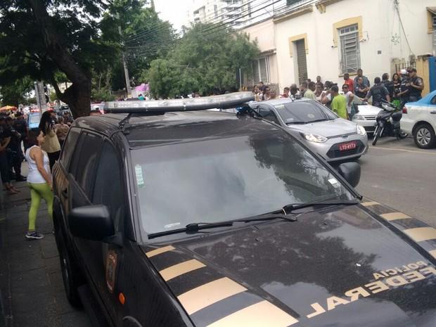 Grupos pró e contra Garotinho estão em frente à PF de Campos (Foto: Mozarth Dias/Inter TV)