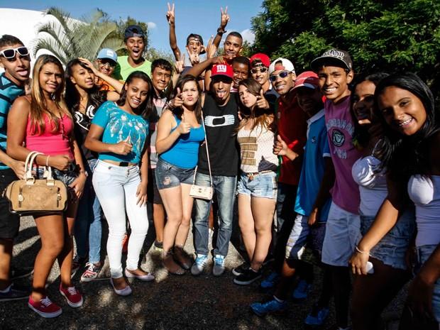 Vinícius Andrade e seus fãs em rolezinho no Parque do Ibirapuera (Foto: Vagner Campos/G1)