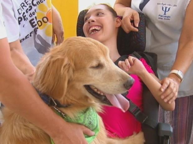 Apae realiza sessões de cão terapia  (Foto: Reprodução / TV TEM)
