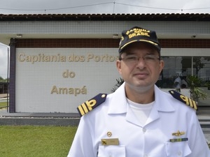 Oficial da Capitania dos Portos, capitão Lúcio Marques  (Foto: Cassio Albuquerque/G1)
