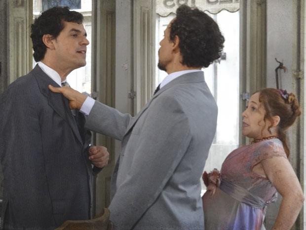 Guerra defende Celinha e ainda a pede em casamento (Foto: Lado a Lado / TV Globo)