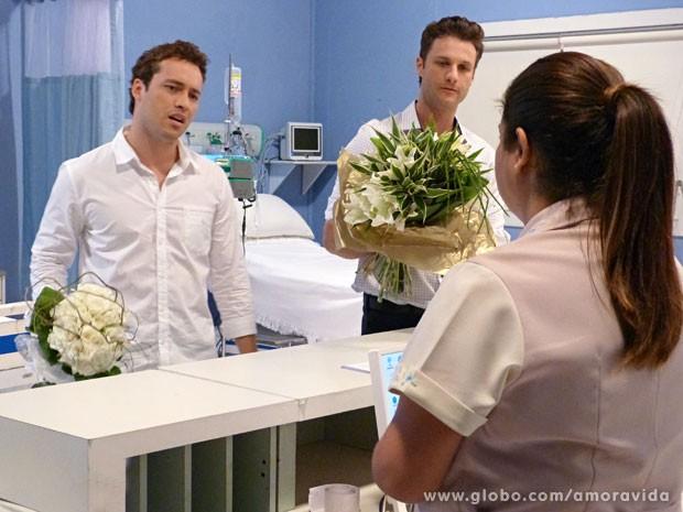 Daniel e Vanderlei aparecem com flores ao mesmo tempo (Foto: Amor à Vida/TV Globo)