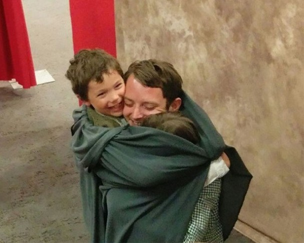 Elijah Wood tira as melhores fotos com os fãs (Foto: Divulgação)