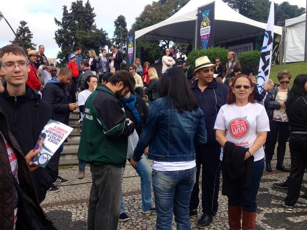 Manifestantes explicam os motivos da greve, que começou em 27 de abril (Foto: Diego Sarza/RPC)
