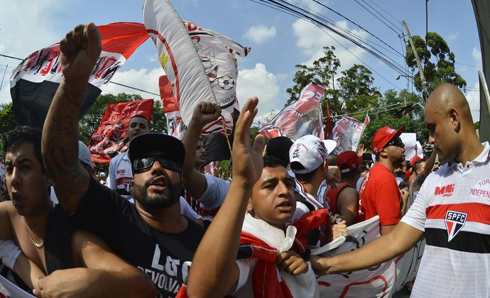Torcida do São Paulo protesta na frente do Morumbi (Foto: Mauro Horita)