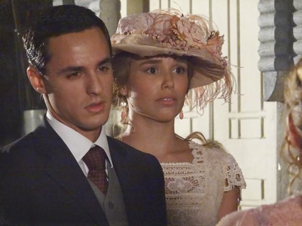 Alice fica embaraçada ao ser confrontada por Jonas (Foto: Lado a Lado/TV Globo)