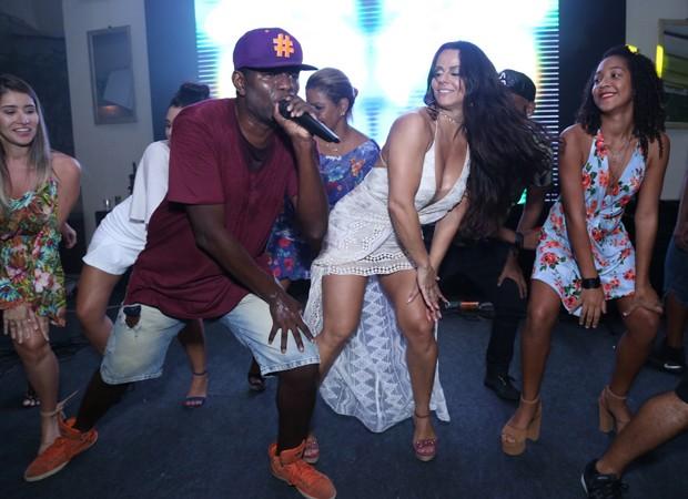 Viviane Araújo requebra ao som de funk em festa de aniversário (Foto: Anderson Borde/Agnews)