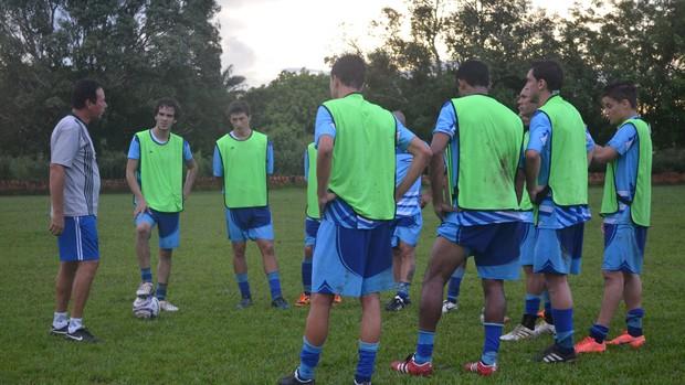 Zagueiro Tom (com a bola) fez primeiro treino com a equipe (Foto: Gustavo Rebouças)
