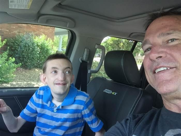 Dallan e o pai em sua aventura (Foto: Reprodução Facebook)