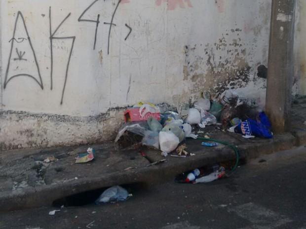 Bebê foi encontrado em meio a sacos de lixo (Foto: Taís Gomes/Arquivo Pessoal)