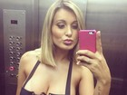 Andressa Urach usa decotão para curtir noite com amigos em São Paulo