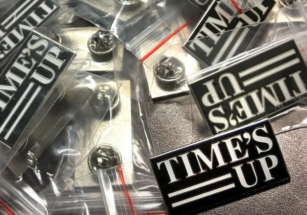 Eis os broches que serão utilizados pelas celebs no Globo de Ouro (Foto: Reprodução)