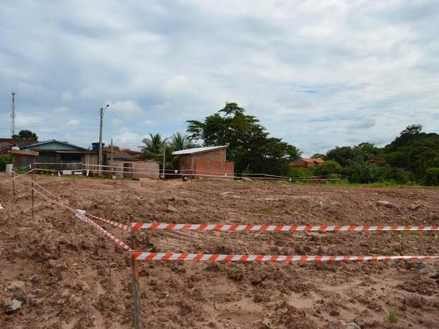 Fita de isolamento colocada em terreno não é respeitada, dizem moradores (Foto: Fernanda Bonilha/G1)