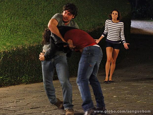 Amora chega e pede para Bento parar com a briga (Foto: Sangue Bom/TV Globo)
