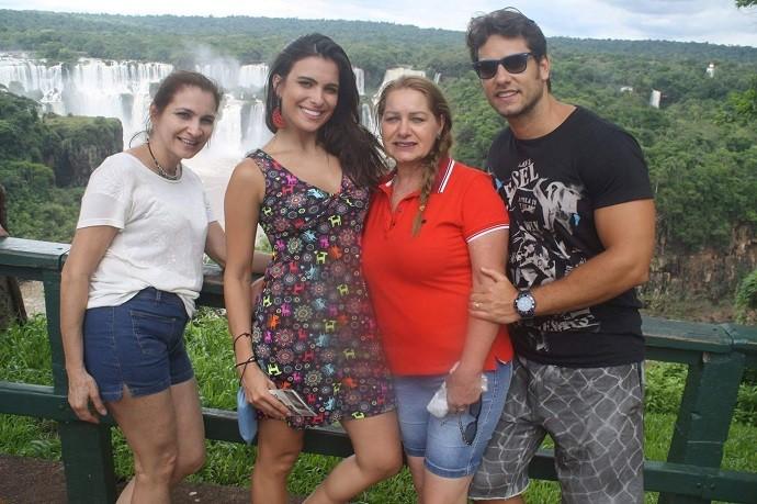 Kamilla, entre a mãe e a sogra, e Eliéser, com as Cataratas do Iguaçu ao fundo (Foto: Arquivo pessoal)