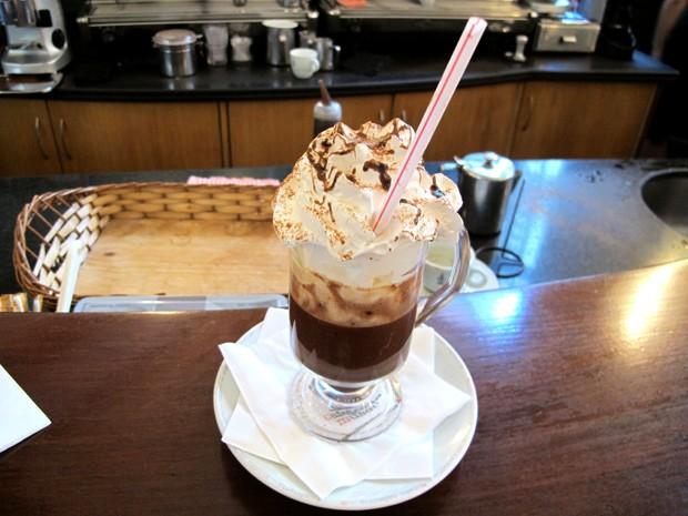 Além do café, bebida Marquesa tem chocolate e chantilly (Foto: Mariane Rossi/G1)