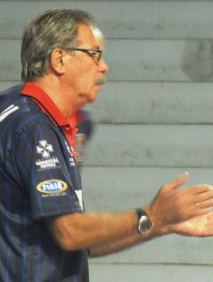 Hélio Rubens durante treino do Uberlândia (Foto: Felipe Santos/GLOBOESPORTE.COM)