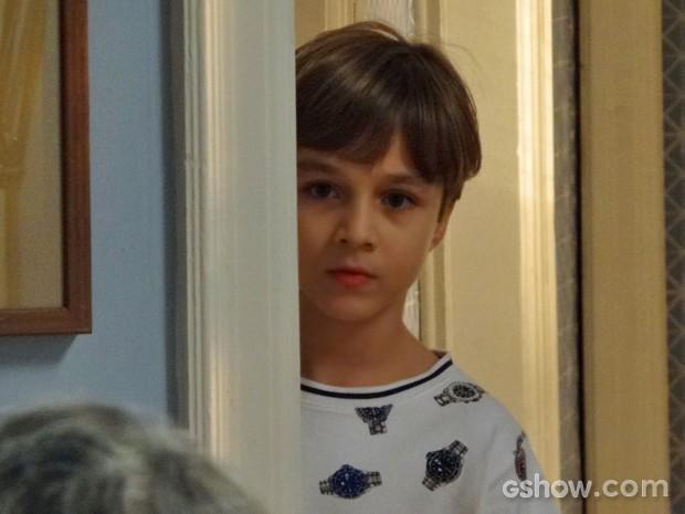 Ivan vê os pais discutindo escondido (Foto: Em Família/ TV Globo)