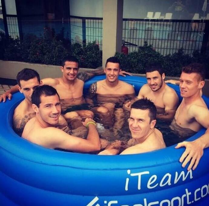 Banheira lotada de jogadores da Austrália em Vitória (Foto: Reprodução)