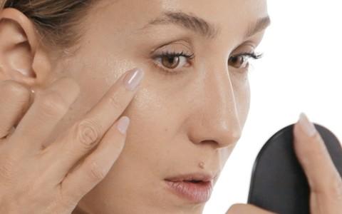 Strobing: aprenda nova forma de usar o iluminador na maquiagem