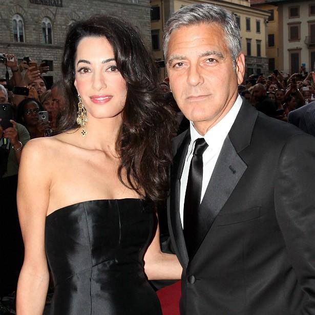 """O casamento de George Clooney com a advogada internacional Amal Alamuddin foi um dos grandes acontecimentos do mundinho das celebridades em 2014. Mas não foi fácil conquistá-la. Amal não deu bola para George no começo, chegou inclusive a se recusar a anotar o número de telefone do galã. Dizem que, então, ele enviou um e-mail para ela dizendo: """"Acho que o suposto homem mais sexy do mundo deveria se encontrar com a advogada de direitos humanos mais sexy do mundo"""". Que cantada de tiozão, hein, Clooney? Ainda bem que funcionou. (Foto: Getty Images)"""