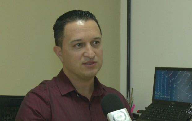 Médico do trabalho André Luiz orientou sobre os cuidados para proteger a pele do sol (Foto: Acre TV)
