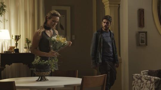 Jeiza recebe flores de Caio, e Zeca descobre