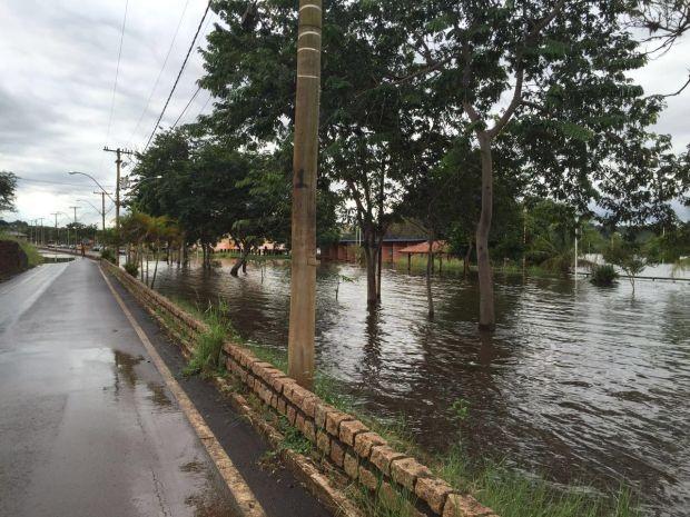 Volume de água do rio Tietê invadiu área de quiosques  (Foto: Giuliano Tamura/TV TEM)