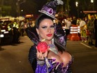 Solange Gomes desfila em carro alegórico após quebrar tornozelo