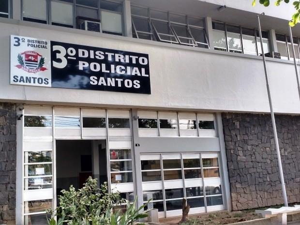 Mulher prestou depoimento no 3º Distrito Policial de Santos (Foto: Guilherme Lucio/G1)