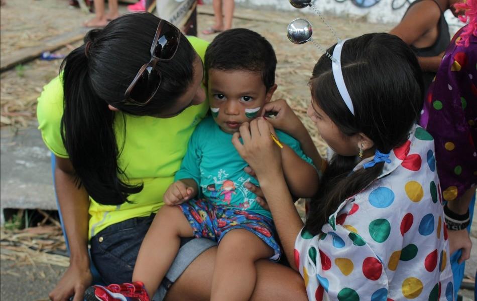 Antes da prova, os pais levaram os pequenos para participarem das atividades extras (Foto: Katiúscia Monteiro/Rede Amazônica)