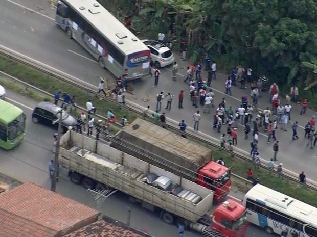 Ônibus foram utilizados para interditar um trecho da PE-60 (Foto: Reprodução / TV Globo)