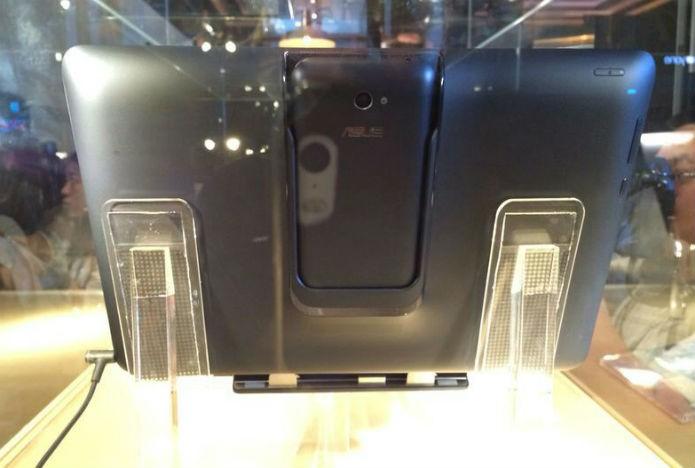 Traseira do Transformer V, da Asus, com smartphone acoplado (Foto: Asus/Marcel Campus)