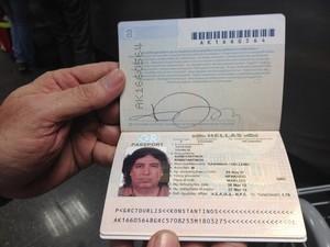 Passaporte do grego Konstatinos, que diz ser tio de Athina Onassis (Foto: Isabela Marinho/G1)