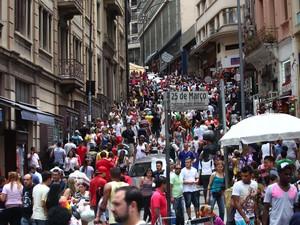 Compras de última hora na Rua 25 de Março (Foto: Renato S. Cerqueira/Futura Press/Estadão Conteúdo)