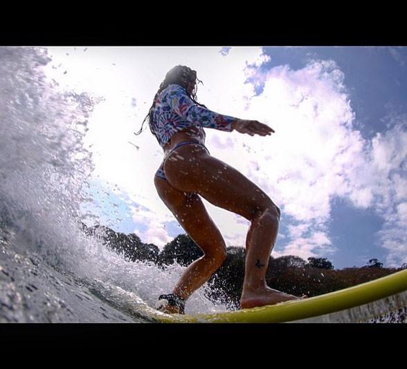 Carol Castro mostra habilidade no surfe (Foto: Reprodução/Instagram)