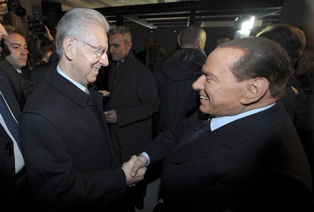 Berlusconi cumprimenta o premiê italiano, Mario Monti, em evento do dia do Holocausto em Milão neste domingo (270 (Foto: Antonio Calanni/AP)